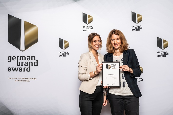 Anja Schimmelpfennig Head of Marketing EMEA von MEDISANA und Ricarda Domnik, Marketing Managerin nehmen den Preis German Brand Award 2019 in Berlin in Empfang